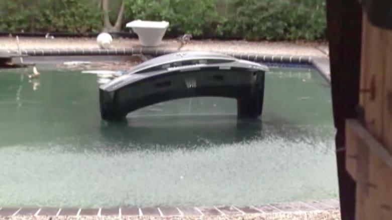 بالفيديو:سقطتسيارتهمافيحوض السباحةفانقذها ومات داخلها غرقاً