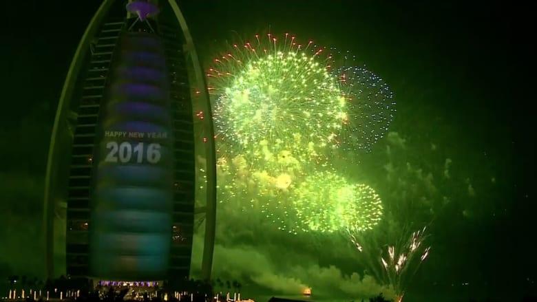 احتفالا بالعام الجديد.. عروض مذهلة بالألعاب النارية تبهر الحضور في دبي