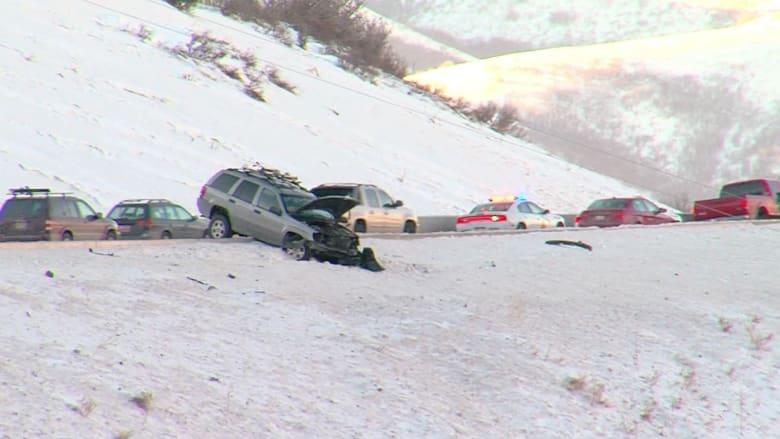 شاهد.. سيارة خارجة عن السيطرة بسبب الجليد توقفت في آخر لحظة قبل منحدر شديد