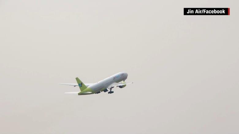 بالفيديو: على ارتفاع 10 آلاف قدم.. طاقم الطائرة يكتشف أحد أبوابها مازال مفتوحاً
