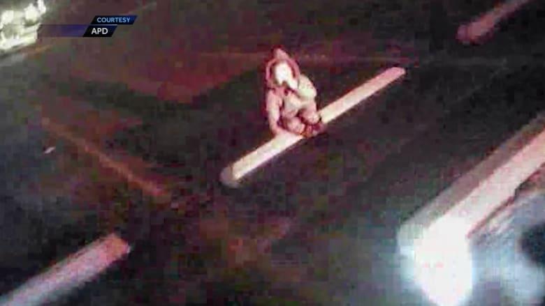 شاهد.. لحظة عثور شرطي على طفلة كانت داخل سيارة مسروقة