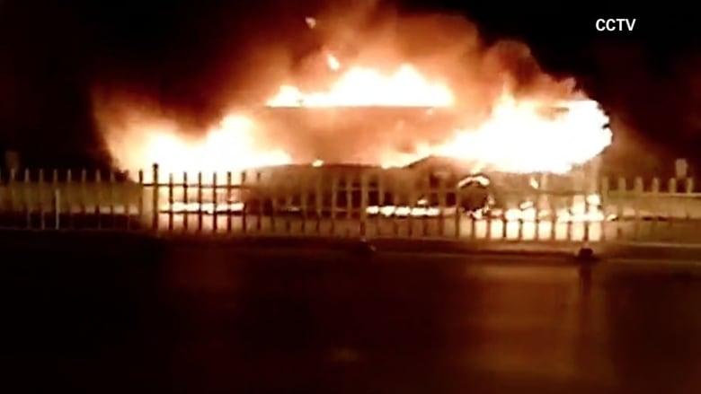 بالفيديو: حريق متعمد يلتهم حافلة ويخلف 17 قتيلاً وعشرات المصابين في الصين