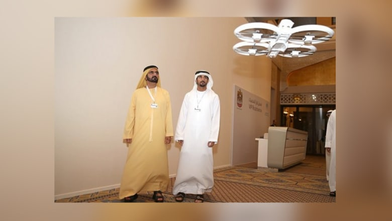 الشيخ محمد يطّلع على نتائج الاختبارات المبدئية لاستخدام الطائرات العمودية بدون طيار في تقديم مجموعة من الخدمات الحكومية