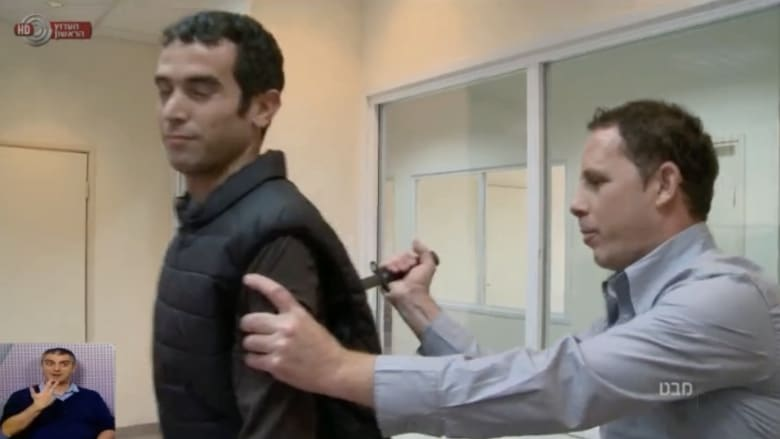 مفاجأة غير متوقعة.. إصابة مراسل قناة إسرائيلية خلال تجربة لسترة مضادة للطعن