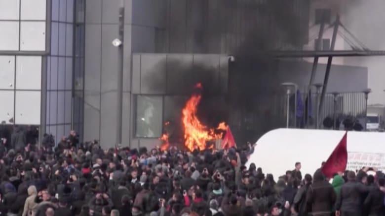 بالفيديو: احتجاجات في كوسوفو والشرطة تحاول السيطرة على الحشود