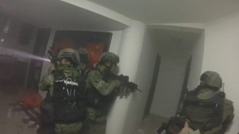 """فيديو جديد يظهر اللحظات الأخيرة من مداهمة القوات المكسيكية لمخبأ """"إل تشابو"""""""