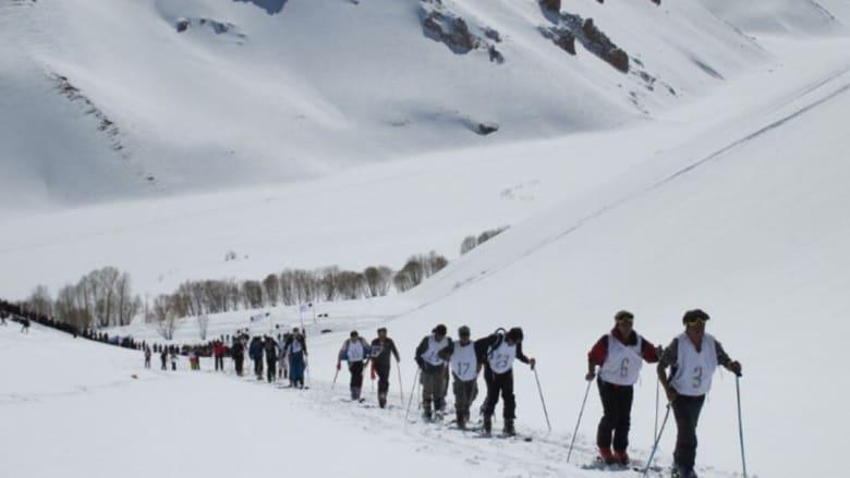 """التزلج في أفغانستان والصيد في الصومال... تعرفوا إلى السائح """"المدمن"""" على جبهات الحرب الساخنة"""