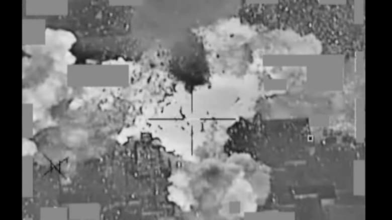 شاهد.. لحظة تطاير الأموال من مبنى تابع لداعش بعد استهدافه بغارة أمريكية بالموصل