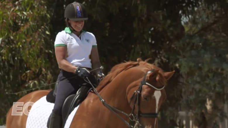 بالفيديو: جوان فورموسا تتخطى تحدياتها الجسدية وتتوج بميدالية ذهبية في مسابقات لندن للفروسية
