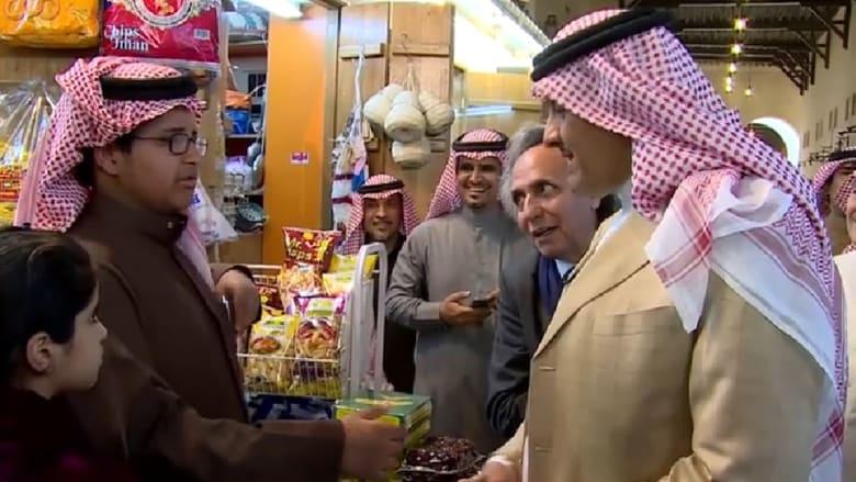بالفيديو.. موقف طريف للأمير سلطان بن سلمان أثناء جولة بسوق في الأحساء