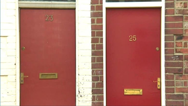 بالفيديو: أبواب المدينة الحمراء تؤرق اللاجئين بحرق وتخريب وترهيب في بريطانيا