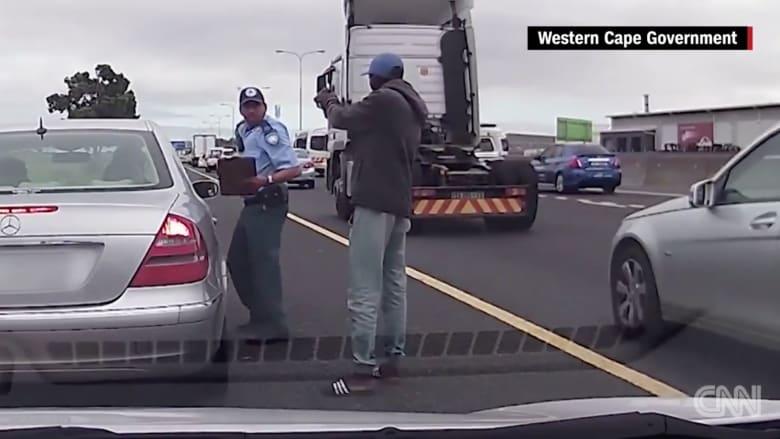 بالفيديو: لص يطلق النار على شرطي من مسافة قريبة.. شاهد المفاجأة!
