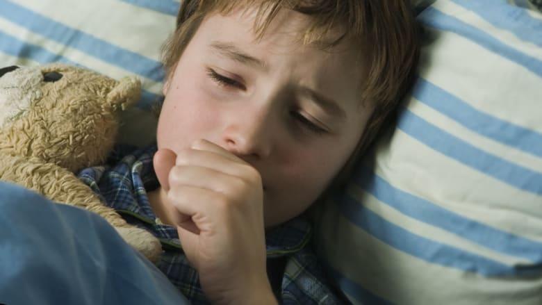 الأطفال الأصحاء قد يموتون بسبب الزكام.. كيف تعرف أن مرض ابنك ليس قاتلاً؟