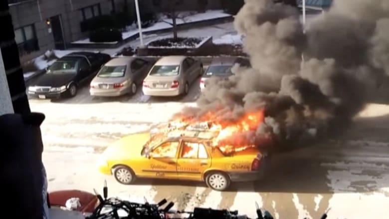 بالفيديو: احتراق سيارة أجرة ونجاة السائق وامرأة مسنة في مدينة بوسطن