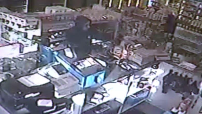 بالفيديو: لص يحاول سرقة صاحبة متجر تحت تهديد السلاح.. لكنها تجبره على الهرب