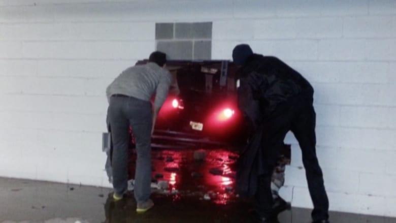 بالفيديو: إصابة عامل بفندق ومقتل سائق اخترق بسيارته جدار مجمع تجاري بأمريكا