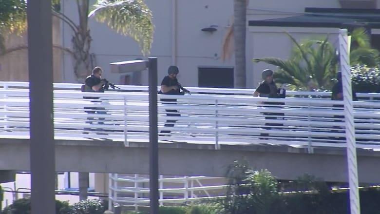 لحظة وصول القوات الخاصة والمدرعات إلى موقع إطلاق النار بمركز صحي تابع للبحرية الأمريكية
