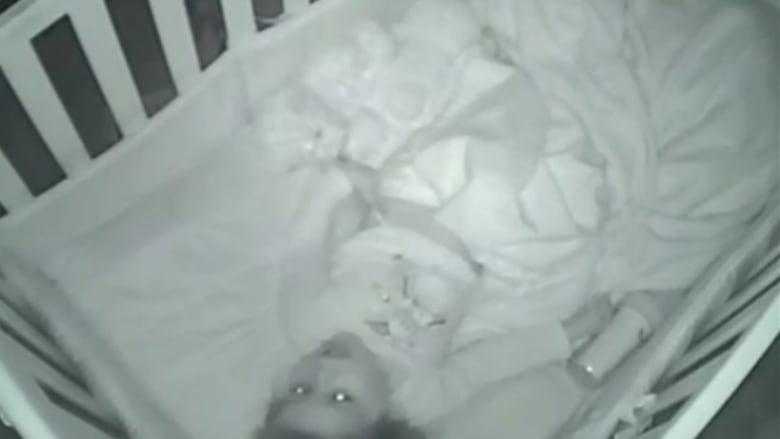 """شاهد.. كاميرا مراقبة الأطفال تصور طفلة في السنتين من عمرها تدعو لأهلها وتقول """"آمين"""""""