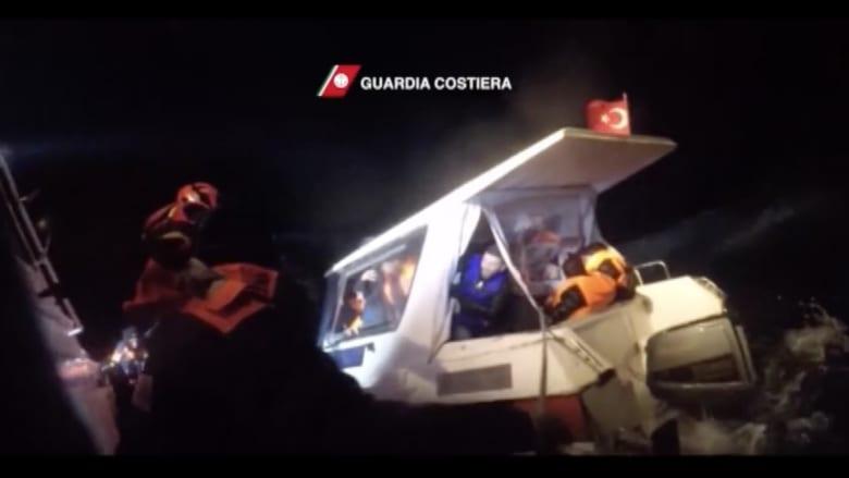 شاهد.. لحظة انقاذ عشرات المهاجرين بينهم أطفال عند سواحل اليونان
