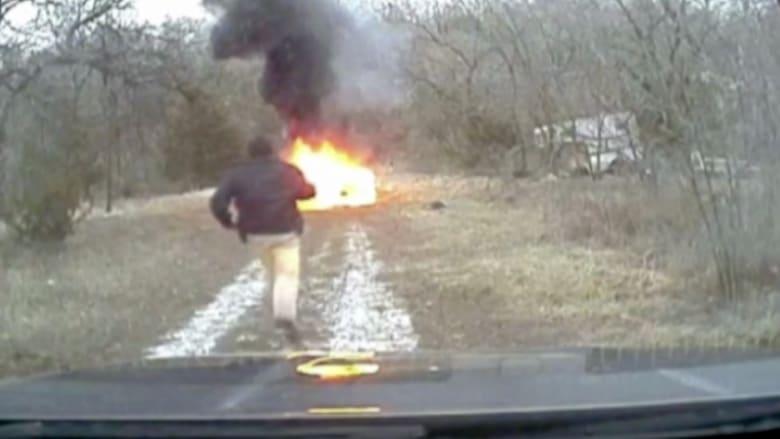 بالفيديو: شرطي ينقذ سائقا من سيارته المشتعلة