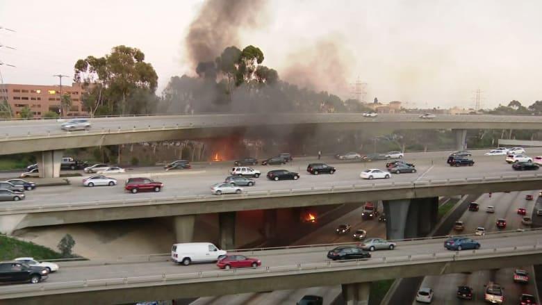 شاهد.. سقوط شاحنة من فوق جسر بأمريكا وانفجارها