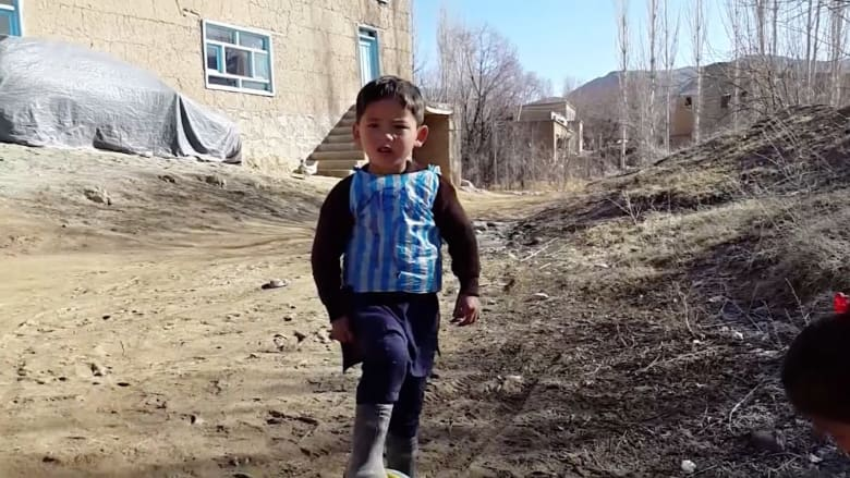 """شاهد.. الطفل الأفغاني """"عاشق ميسي"""".. من كيس بلاستيكي الى شهرة واسعة"""