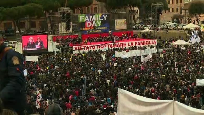 """شاهد.. الآلاف يتظاهرون في روما ضد تشريع """"زواج المثليين"""""""