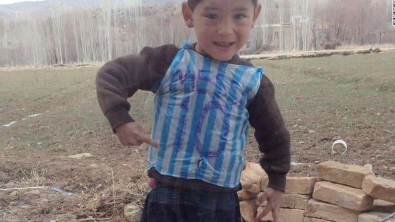 """بالفيديو: كاميرا CNN تلتقي بـ """"ميسي الصغير"""".. قميص من كيس بلاستيكي في أرياف أفغانستان ولقاء مرتقب مع النجم الأرجنتيني"""