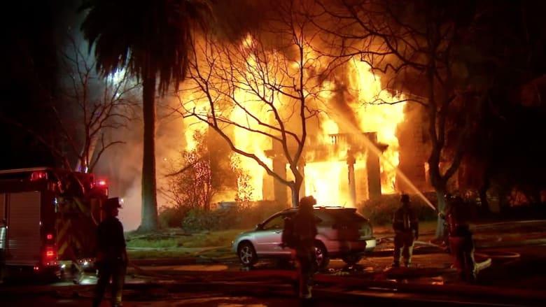 شاهد.. حريق هائل يلتهم مبنى تاريخيا عمره أكثر من مائة عام