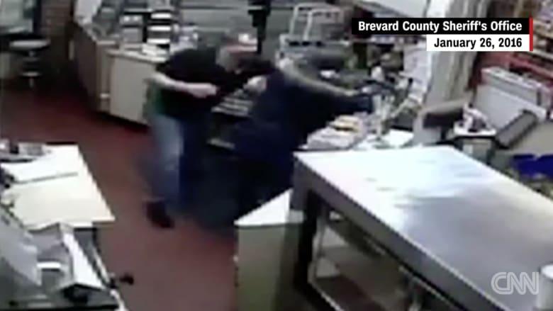 بالفيديو: لص يشهر سلاحه بوجه موظف بمحطة وقود.. ومفاجأة لم يكن يتوقعها!