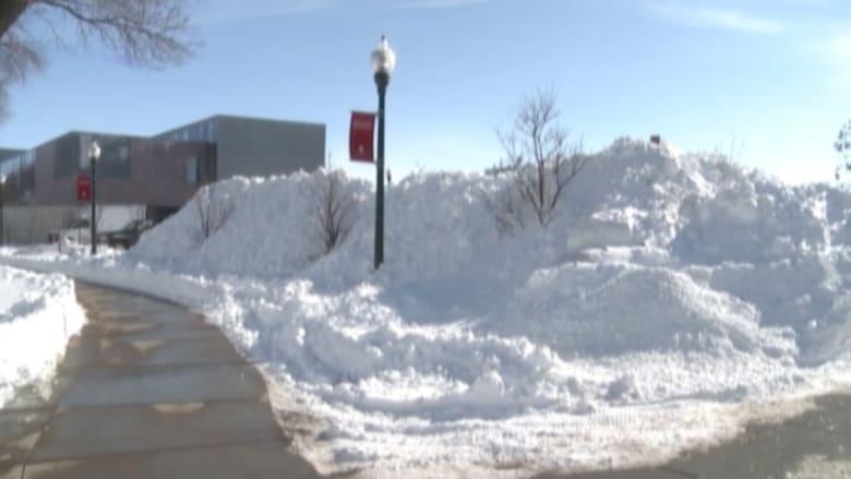 بالفيديو: ثلوج كثيفة تغلق الطرقات في أمريكا وتمنع الطلاب من الوصول للجامعة