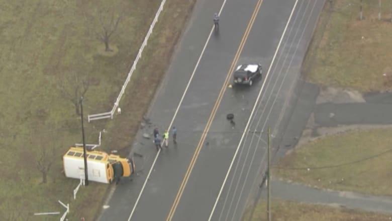 بالفيديو: حادث مميت لحافلة مدرسية يودي بحياة شخص وإصابة 6 آخرين
