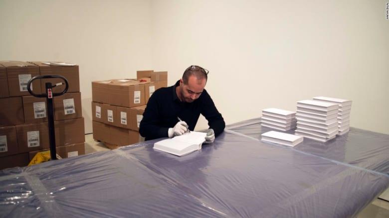 من كندا إلى العراق... كيف سيعيد هذا الفنان 70 ألف كتاب خسرتها جامعة بغداد في الحرب؟