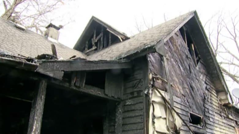 بالفيديو: أب ينقذ ابنتيه بعد قفزهما من الطابق العلوي في منزلهما المحترق