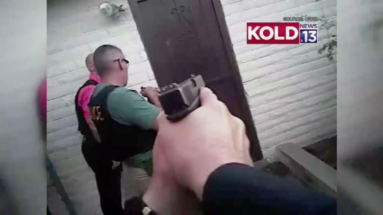 فيديو من كاميرا مثبتة.. شرطي ينجو بأعجوبة بعد تعرضه لزخة رصاص أطلقها مشتبه نحوه بأريزونا