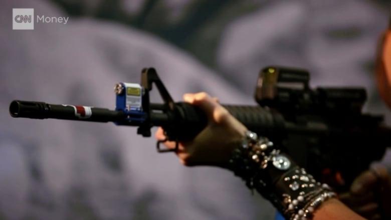 شاهد.. نساء يدخلن الموضة إلى عالم الأسلحة