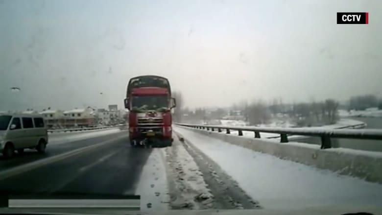 بالفيديو:شاحنة عملاقة تسحق رجلاً صينياً بقوة.. شاهد المفاجأة!