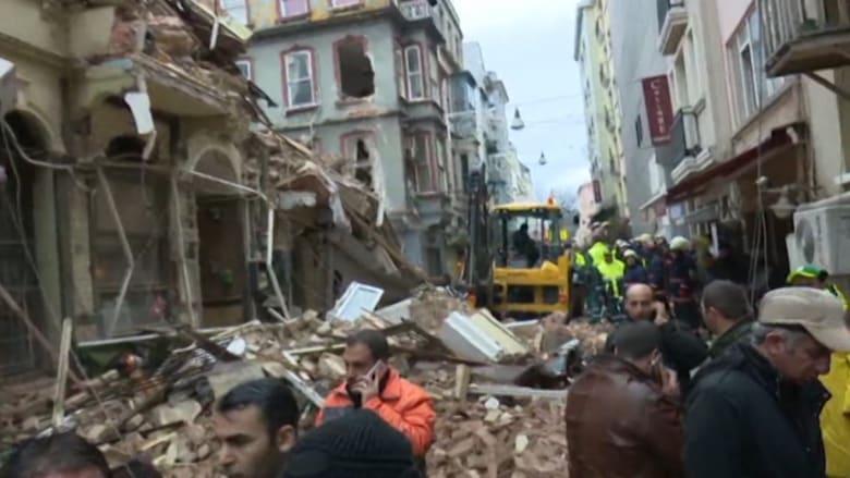 بالفيديو: اللحظات الأولى بعد انهيار مبنيين في وسط إسطنبول.. وحاكم المدينة: لا يوجد ضحايا