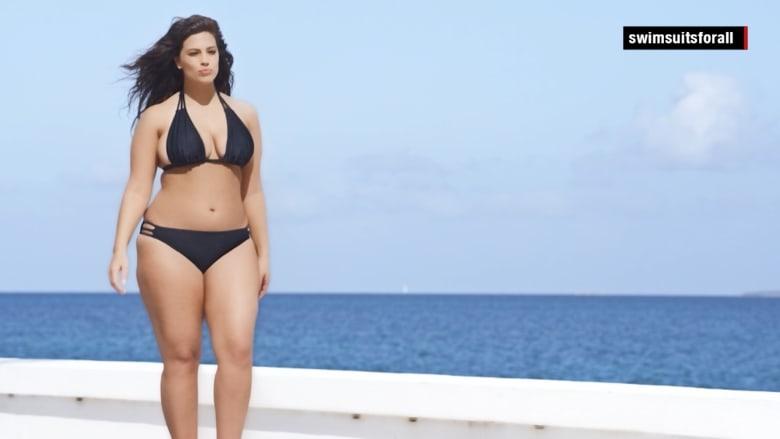 تعرف على آشلي غرام.. عارضة أزياء ممتلئة في مجلة رياضية لملابس السباحة