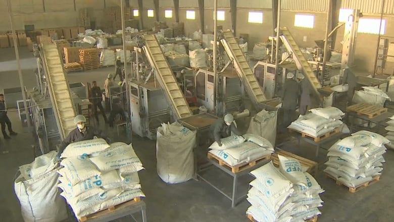 بالفيديو: المساعدات الإنسانية تصل بكم هائل إلى سوريا.. ولكن ما الفائدة إن لم تصل لمن يحتاجها؟