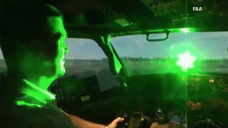 شاهد.. طائرة البابا تتعرض لهجوم بأشعة الليزر في المكسيك