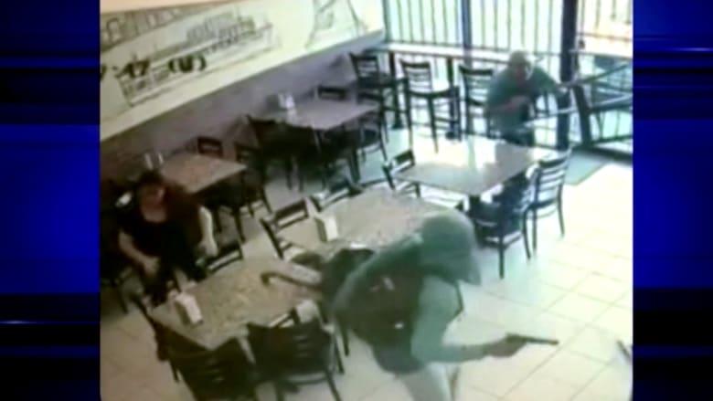 بالفيديو: كاميرا مراقبة ترصد هجوم لصوص على مطعم وسرقته تحت تهديد السلاح