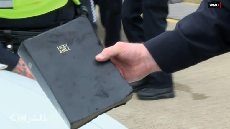 شاهد.. سيارة تشتعل بالكامل وكل ما تبقى منها كتاب إنجيل