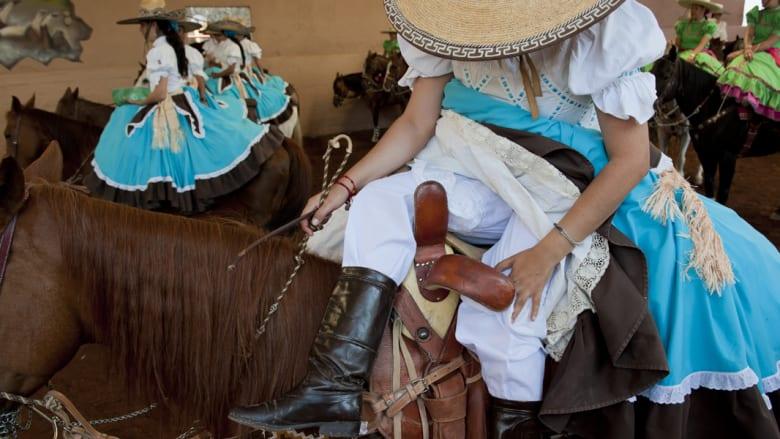 """النساء المكسيكيات """"رعاة بقر"""" حقيقيات على ظهر الخيل"""