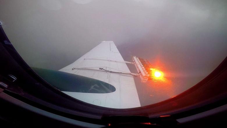 شاهد.. كاميرا CNN على متن طائرة لتلقيح السحاب فوق أبوظبي