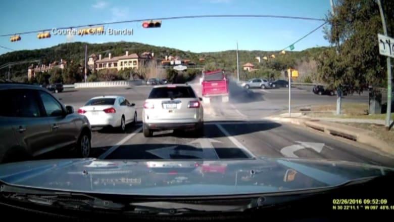 بالفيديو: شاحنة تصدم سيارة وتقذف بها عن جسر في أمريكا
