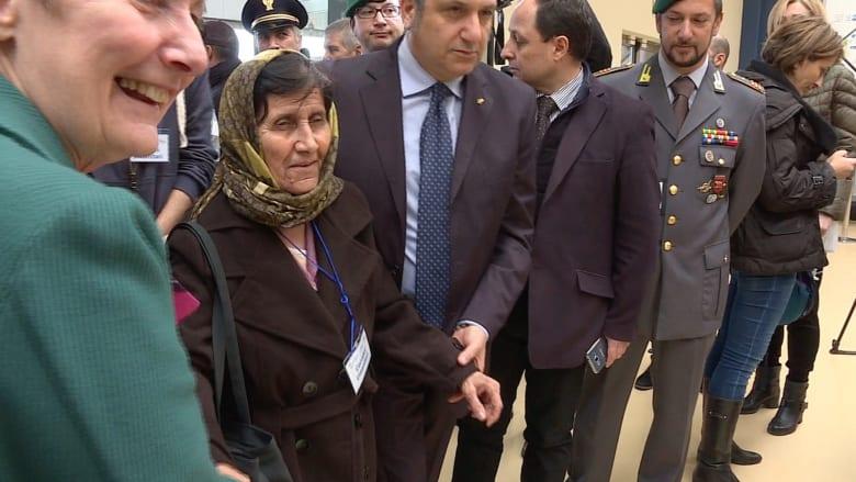 بالفيديو: وزير خارجية إيطاليا يستقبل اللاجئين السوريين في مطار روما