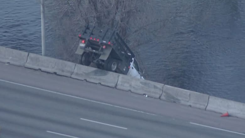 شاهد.. شاحنة تتدلى على حافة جسر بكولورادور