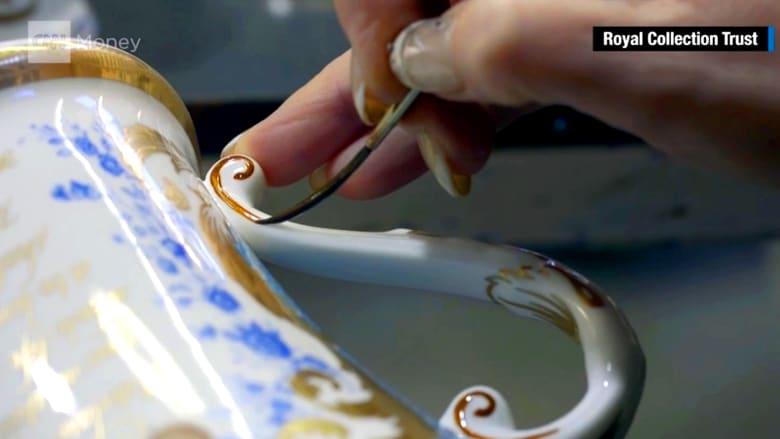 صحون خزفية مطلية بالذهب ومصنوعة باليد.. خاصة بعيد ميلاد الملكة إليزابيث