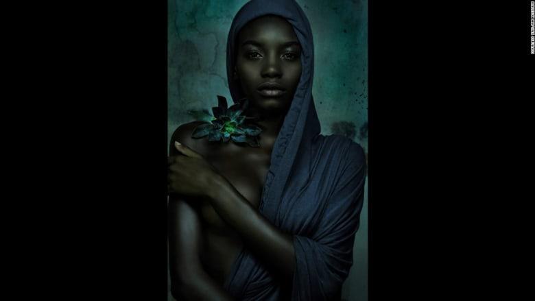 بالصور.. ما العلاقة بين العري والفن؟ ولماذا اختار هذا الفنان الزهور تحديداً؟